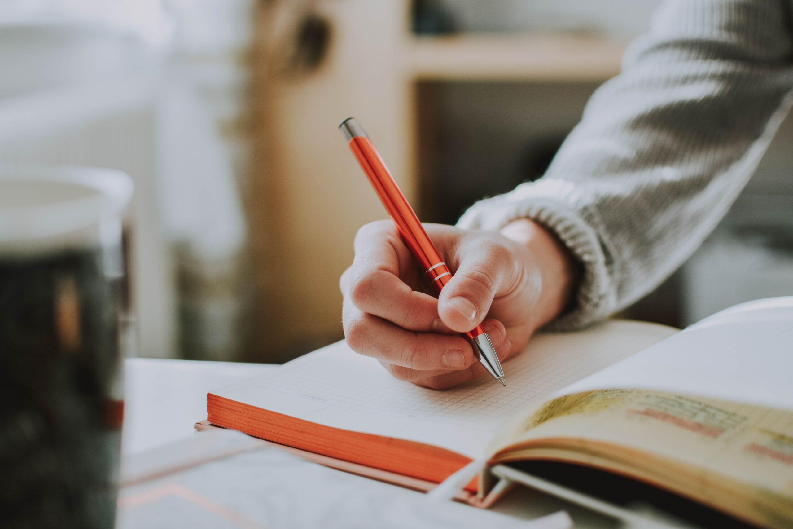 La mano doi un ragazzo che scrive simbolo del Concorso Letterario Anni Verdi