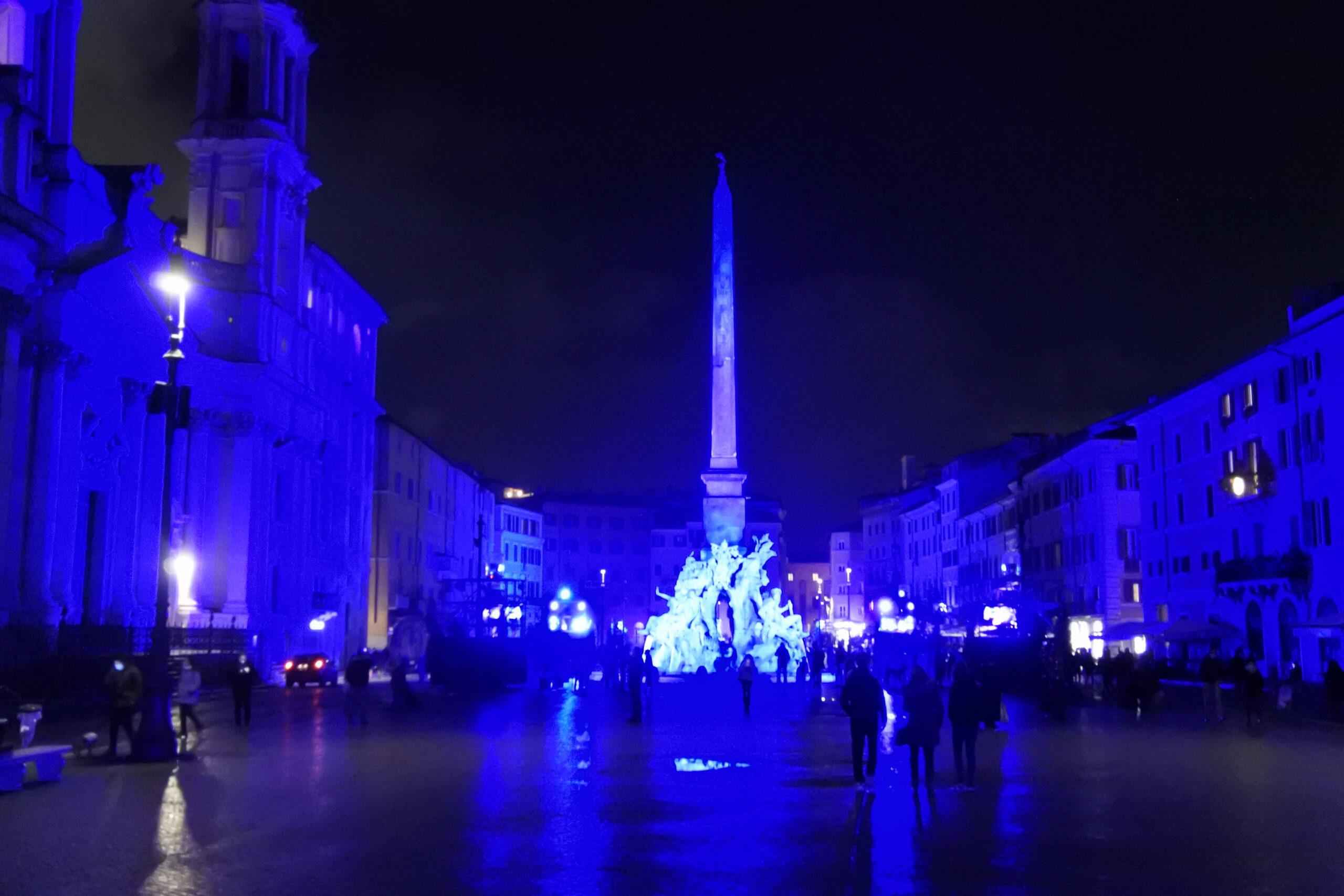 Piazza Navona illuminata di blu cobalto