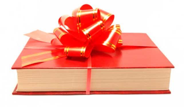 un libro rosso infiocchettato